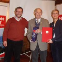 65 Jahre Mitglied in der SPD ist Sonthofens Altbürgermeister Karl Blaser. Ihn ehrten Vorsitzende Susanne Hofmann und Vize Claus Eisemann.